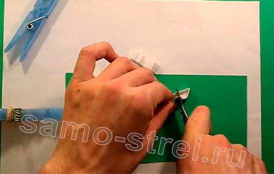Как сделать мини арбалет из прищепок - Еще раз разрежьте половинки прищепок