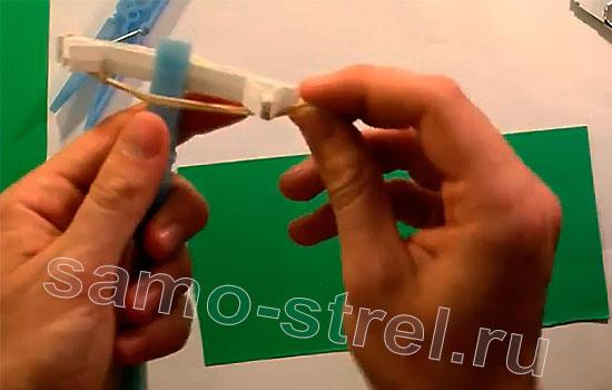 Как сделать мини арбалет из прищепок - Натяните резинку на арбалет