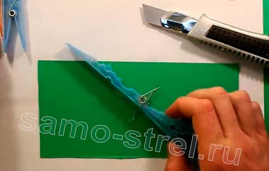 Как сделать мини арбалет из прищепок - приклейте пружину