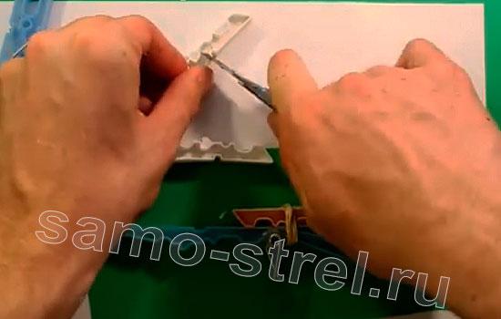 Как сделать мини арбалет из прищепок - Разрежьте половинки прищепок пополам