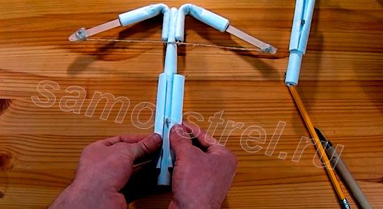 Как делать арбалет из бумаги - Установите две трубки для поддержки стрелы