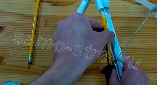 Как делать арбалет из бумаги - Взведите арбалет, установите стрелу и можете стрелять