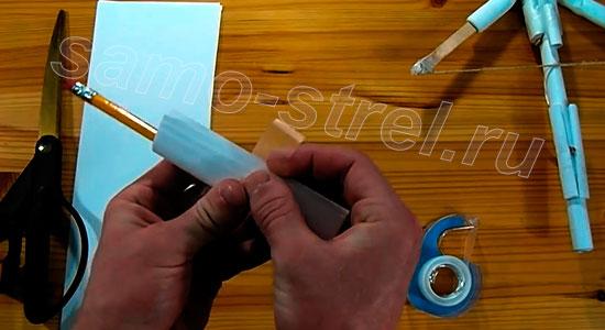 Как сделать бумажный арбалет - Сделайте из половинок две трубочки