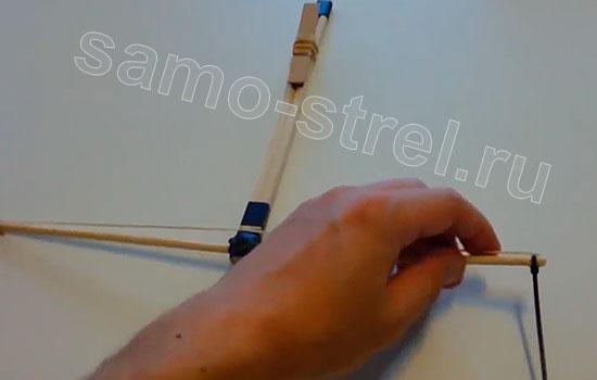 Как сделать маленький арбалет - Закрепите резинку-тетиву пластиковыми хомутами