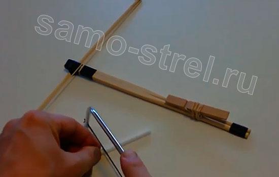 Как сделать маленький арбалет - Отрежьте кусочек пластиковой трубки