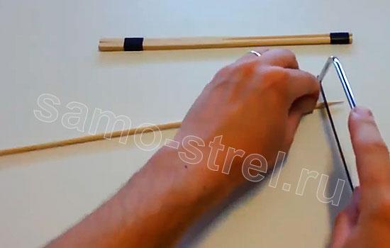 Как сделать маленький лук - отрежьте от палочки острый край