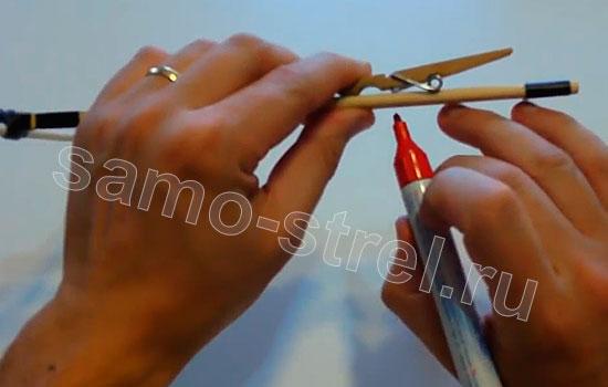 Как сделать маленький арбалет - Отметьте место, где находится пружина