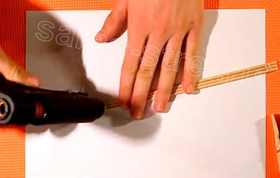 Как сделать резинкострел - склейте три бамбуковых палочки