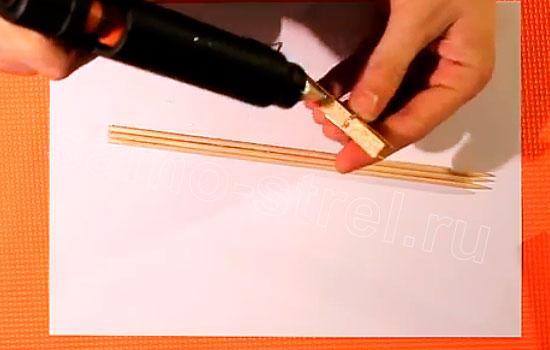 Как сделать резинкострел - Приклейте деревянную прищепку