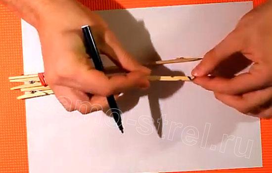 Как сделать резинкострел - Разберите прищепку и отрежьте от нее переднюю часть