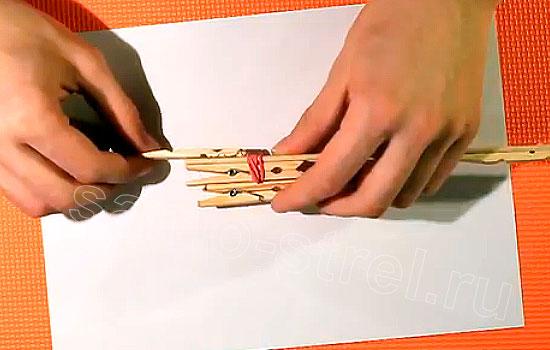 Как сделать резинкострел - Приклейте деревянную половинку прищепки там, где будет рукоять самострела