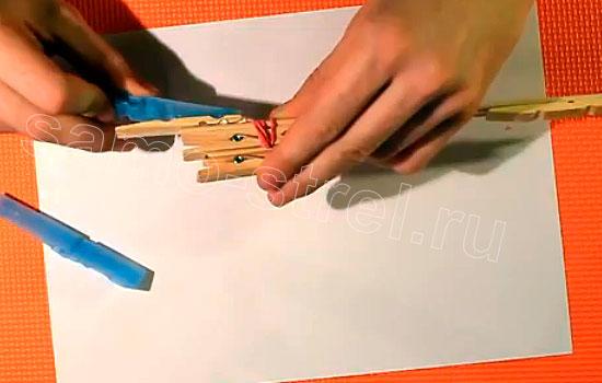 Как сделать резинкострел - Приклейте пластмассовую половинку прищепки сверху деревянной