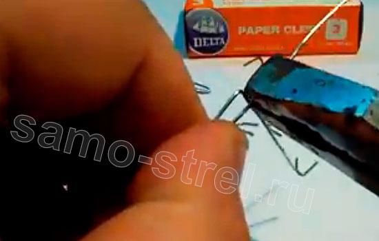 Как сделать рогатку из скрепки - Согните края скрепки