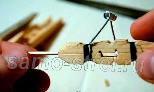 Как сделать самострел из прищепки - Взведите пружину и вставьте стрелу