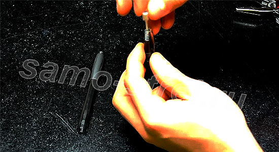 Как сделать самострел из ручки - Вставьте пружину и пластмассовый выталкиватель