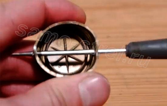 Как сделать мини арбалет - Проткните крышку насквозь