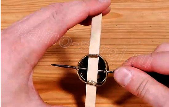 Как сделать мини арбалет - Сделайте еще два отверстия
