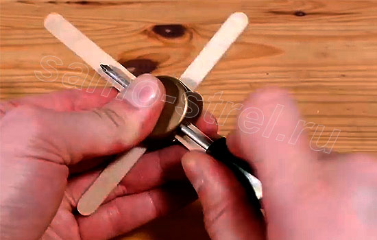 Как сделать мини арбалет - Сделайте отверстие для стрелы