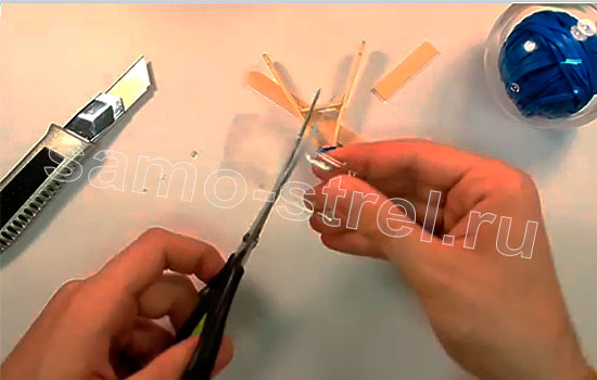 Как сделать мини рогатку - Вырежьте из ластиковой бутылки кожух для снарядов