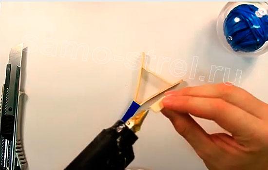 Как сделать мини рогатку - Вклейте распорку длиной 2,5-3 см