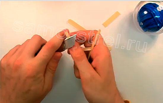 Как сделать мини рогатку - Сделайте насечки для крепления резинки
