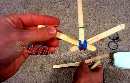 Самодельный мини арбалет - Соедините шпателя скрепкой, наденьте резинки и натяните тетиву