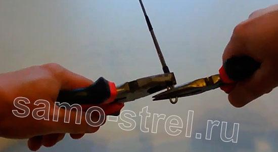 Арбалет из проволоки (How to Make Metal Crossbow) - Скрутите половинки арбалета так, чтобы они стали неподвижными