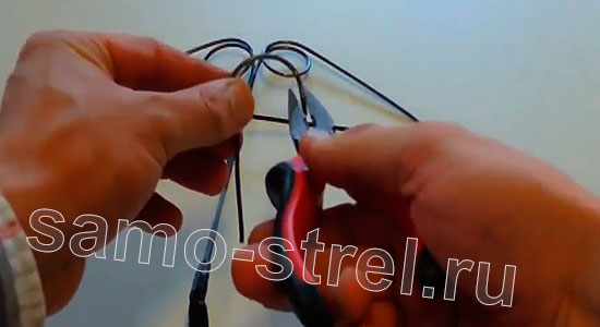 Арбалет из проволоки (How to Make Metal Crossbow) - Из крючка согните ушко для направления стрелы