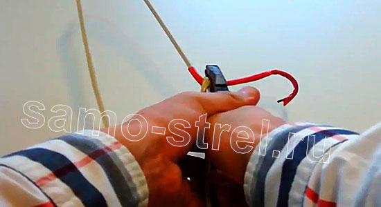 Арбалет из проволоки (How to Make Metal Hanger Crossbow) - Откусите кусачками крючок