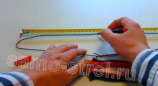 Арбалет из проволоки (How to Make Metal Crossbow) - Найдите половину плечиков и разрежьте их кусачками
