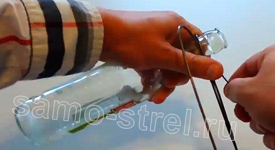 Арбалет из проволоки (How to Make Metal Crossbow) - Оберните проволоку один раз вокруг горлышка стеклянной бутылки