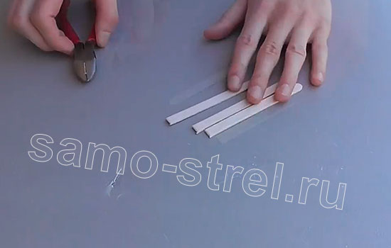 Как сделать арбалет из заколок - Отрежьте концы от трех шпателей
