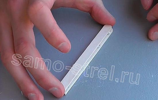 Как сделать арбалет из заколок - Склейте шпателя между собой