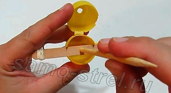 Делаем мини арбалет (how to make mini crossbow) - По центру коробочки расположен шпатель, поэтому отверстие нужно сместить