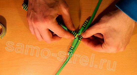 Арбалет из бумаги - Приложите к основанию арбалета лук