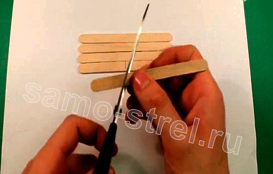 Как сделать мини лук - Отрежьте два кусочка шпателя длиной по 3-4 см