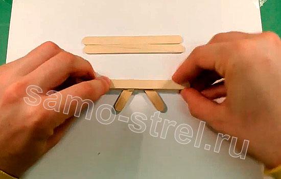 Как сделать мини лук - Приклейте сверху целый шпатель