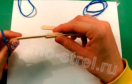 Как сделать мини лук - Вставьте в боковую прорезь один шпатель и закрепите его резинкой