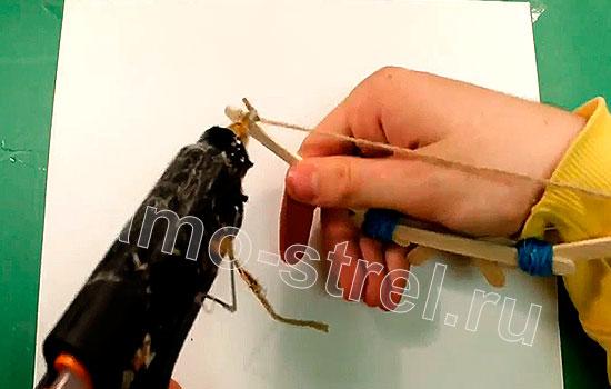 Как сделать мини лук - Клеевым пистолетом приклейте узлы тетивы