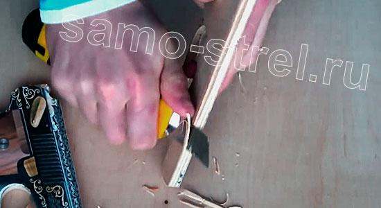Как сделать пистолет - арбалет - Обрежьте внутренний угол заготовки пистолета
