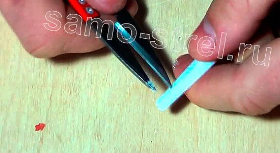 Как сделать пистолет - арбалет - Сделайте отверстия в вилках для привязывания тетивы
