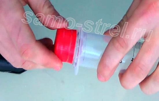 Как сделать пушку из шприца (How to make a mini gun with a syringe) - Приклейте горлышко от бутылки к шприцу