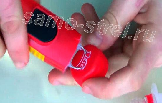 Как сделать пушку из шприца (How to make a mini gun with a syringe) - Сделайте отверстия для электродов и вставьте их