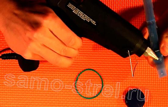 Катапульта из прищепки (How to make a mini catapult) - Сделайте клеевым пистолетом маленький бортик на прищепке
