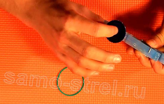 Катапульта из прищепки (How to make a mini catapult) - Приклейте крышку от бутылки