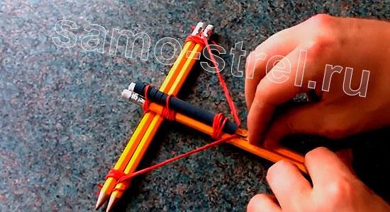 Мини арбалет из карандашей - Прикрепите к тетиве зажим с ручки