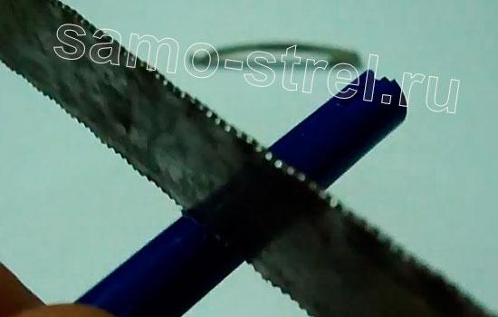 Как сделать мини арбалет из ручек - Выпилите прорезь для фиксации тетивы