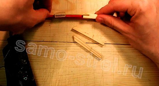Многозарядный резинкострел - Приклейте отрезок бамбуковой палочки с колпачком