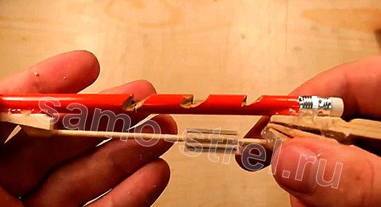 Многозарядный резинкострел - Сделайте насечки на карандаше