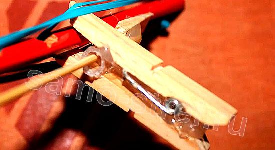 Многозарядный резинкострел - Приклейте прищепку